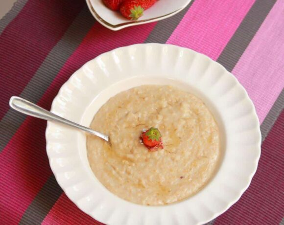 A picture of Rose and Honey flavoured Oats served in a white bowl.