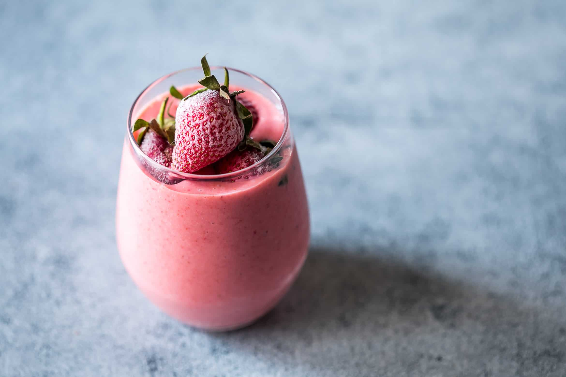 Frozen strawberry greek yogurt smoothie is thick, creamy and utterly delicious! This strawberry smoothie with yogurt is protein and nutrient rich.