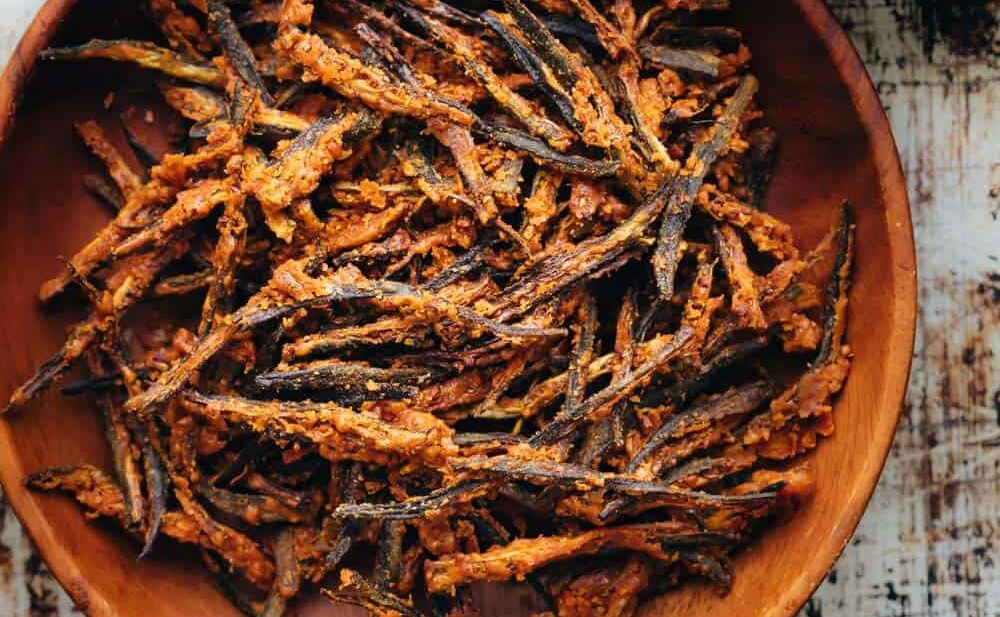 Baked kurkuri bhindi in a brown bowl